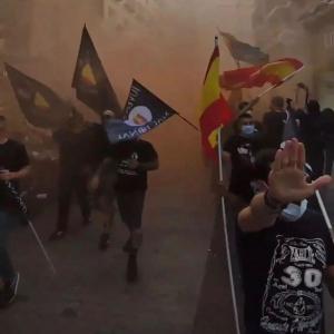 """Ayer decenas de neonazis se manifestaban por las calles de Madrid, escoltados por la policía, gritando consignas que enaltecían al nazismo, racismo, homofobia… 💔🔥  Y como no somos capaces de escribir nada que no haga que nos borren la cuenta… os dejamos este texto que subimos hace un tiempo:  𝑺𝒊 𝒐𝒍𝒗𝒊𝒅𝒂𝒎𝒐𝒔 𝒏𝒖𝒆𝒔𝒕𝒓𝒂 𝒉𝒊𝒔𝒕𝒐𝒓𝒊𝒂, 𝒆𝒔𝒕𝒂𝒓𝒆𝒎𝒐𝒔 𝒄𝒐𝒏𝒅𝒆𝒏𝒂𝒅𝒐𝒔 𝒂 𝒒𝒖𝒆 𝒔𝒆 𝒓𝒆𝒑𝒊𝒕𝒂. 💙💔💚  """"Los nazis adoptaron muchas medidas que creían necesarias para resolver el llamado """"problema gitano"""". El Pueblo Romaní sufrió la discriminación, persecución, reclusión arbitraria, trabajo forzoso y asesinato durante el régimen nazi. Tenían como objetivo su extinción, siendo una amenaza para el concepto de la """"pureza racial aria"""". El trato nazi hacia los romaníes se basaba en prejuicios. A los romaníes se los despojó de sus derechos y propiedades, se les prohibió casarse con """"arios"""" e incluso entre ellos, puesto que se los consideraba inferiores por ley. Hacia 1938, se los empezó a detener y recluir en campos vigilados o cerrados. Algunos campos de recogida se convirtieron en campos de trabajo forzoso. A muchos romaníes se los deportó a campos de concentración ya existentes. La mayor parte de los romaníes que todavía vivían en el Reich alemán en diciembre de 1942 se vieron deportados a Auschwitz-Birkenau. En el campo, se encontraban en la parte inferior de la jerarquía social, se les tatuó una """"Z"""" por """"Zigeuner"""" y se los obligó a llevar puesto un triángulo marrón para distinguirlos.  Los romaníes del """"campo gitano"""" de Auschwitz-Birkenau fueron apiñados en unos pocos cuarteles donde cientos de ellos murieron de malnutrición, epidemias, experimentos médicos, esterilización forzada y trabajo forzoso. Auschwitz sólo fue uno de los lugares donde se gaseó y asesinó a romaníes de forma sistemática.  En otras partes de Europa, los romaníes también fueron fusilados y torturados, incluida España.  El holocausto romaní, o """"Pharrajimos"""", representa una de las mayores pérdidas padecidas por la humanidad hasta ahora."""" 𝑵"""